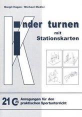 Kinder turnen mit Stationskarten